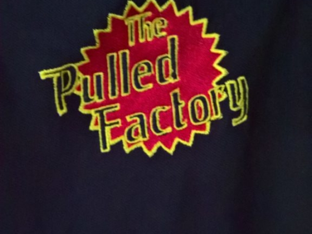 Pulled Factory Logo als Bestickung